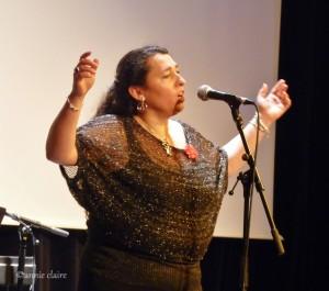 Béatrice Angèle a une voix époustouflante. Elle a une puissance vocale qui convient à merveille au répertoire de Piaf.