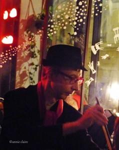 Dominique Pozzetto sait se faire discret. Il se met dans un recoin et s'imprègne de la musique de l'artiste sur scène. Puis il ponctue de sa scie musicale aussi légère que mélodieuse, un génie cet homme.
