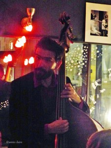 Matthieu Barbances avec son concept de chanson-contrebasse. Il raconte des morceaux de vie bien intéressants.