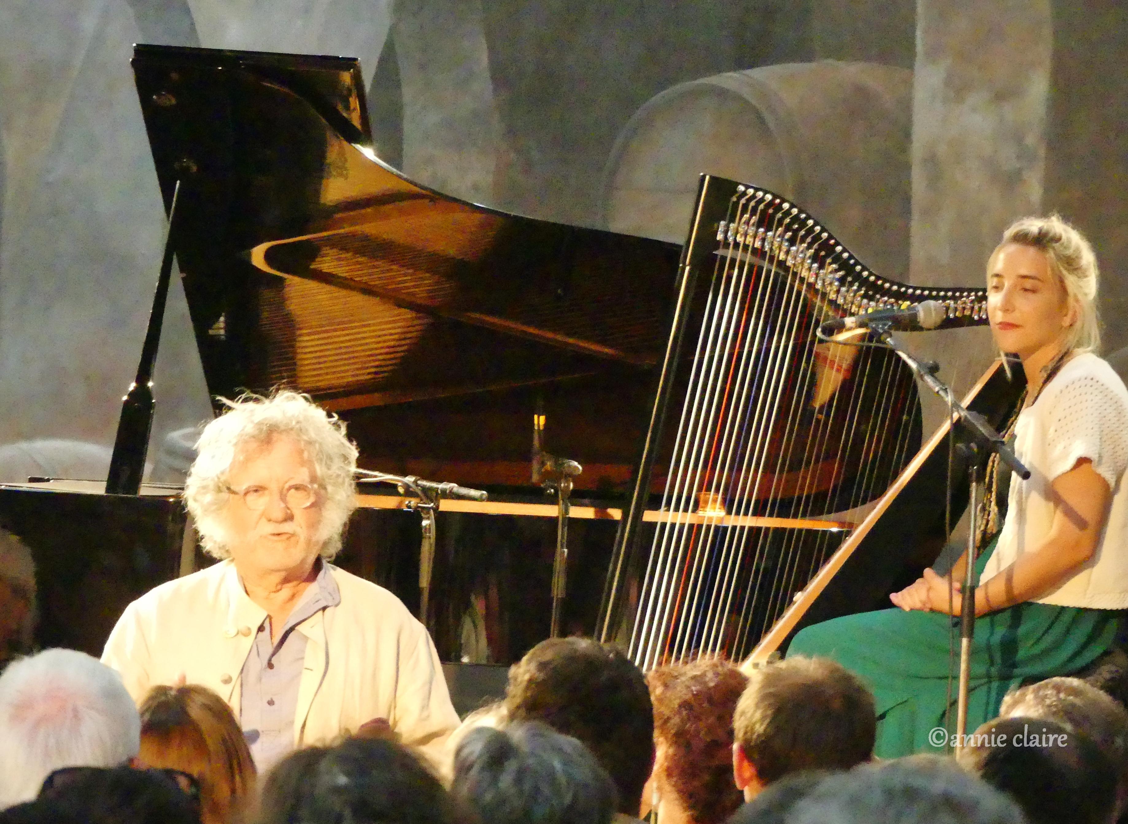 Jean-Pierre Béal annonce Mila Marina à la harpe qui accompagne Paulette Wright ©annie claire